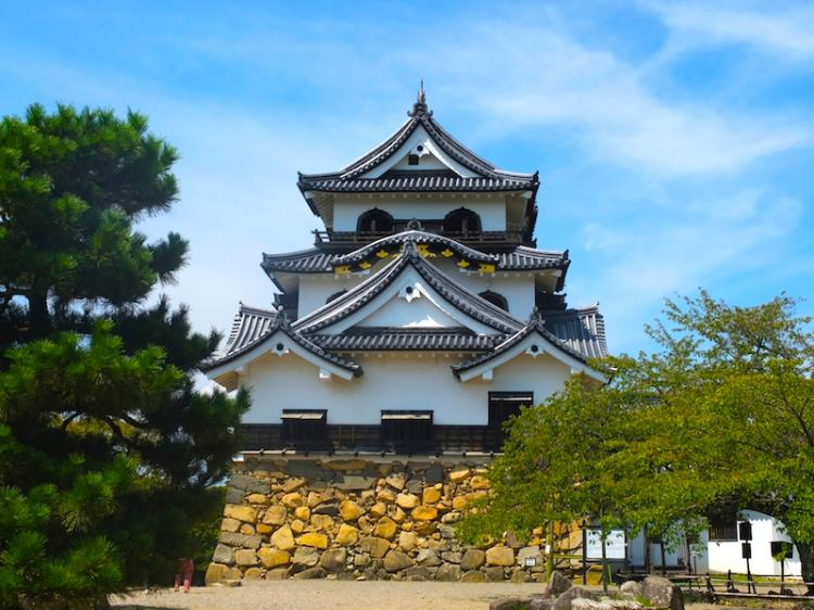 Hikone Castle in Shiga prefecture, selected as a National Treasure, which is famous for cherry blossom in Spring and scarlet maple leaves in Autumn!  Highlights and history of 400-year old castle!